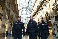 - Carabinieri police in anti-terrorism security service in Milan downtown....- Carabinieri in servizio di sicurezza antiterrorismo nel centro di Milano..
