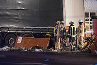 LKW rast in Berliner Weihnachtsmarkt.<br /> Am Abend des 19. Dezember 2016 fuhren Unbekannte mit einem LKW mit polnischen Kennzeichen in den Berliner Weihnachtsmarkt am Kurfuerstendamm und toeteten 12 Menschen, 48 wurden zum Teil schwer verletzt. Der Beifahrer wurde tot im Fuehrerhaus gefunden, der Fahrer fluechtete, wurde angeblich aber festgenommen. Ein Anschlag wird nicht ausgeschlossen, ermittelt wird jedoch in alle Richtungen.<br /> Im Bild: Feuerwehr am Tatfahrzeug. Unter den goldenen Rettungsdecken liegen Anschlagsopfer.<br /> 19.12.2016, Berlin<br /> Copyright: Christian-Ditsch.de<br /> [Inhaltsveraendernde Manipulation des Fotos nur nach ausdruecklicher Genehmigung des Fotografen. Vereinbarungen ueber Abtretung von Persoenlichkeitsrechten/Model Release der abgebildeten Person/Personen liegen nicht vor. NO MODEL RELEASE! Nur fuer Redaktionelle Zwecke. Don't publish without copyright Christian-Ditsch.de, Veroeffentlichung nur mit Fotografennennung, sowie gegen Honorar, MwSt. und Beleg. Konto: I N G - D i B a, IBAN DE58500105175400192269, BIC INGDDEFFXXX, Kontakt: post@christian-ditsch.de<br /> Bei der Bearbeitung der Dateiinformationen darf die Urheberkennzeichnung in den EXIF- und  IPTC-Daten nicht entfernt werden, diese sind in digitalen Medien nach §95c UrhG rechtlich geschuetzt. Der Urhebervermerk wird gemaess §13 UrhG verlangt.]