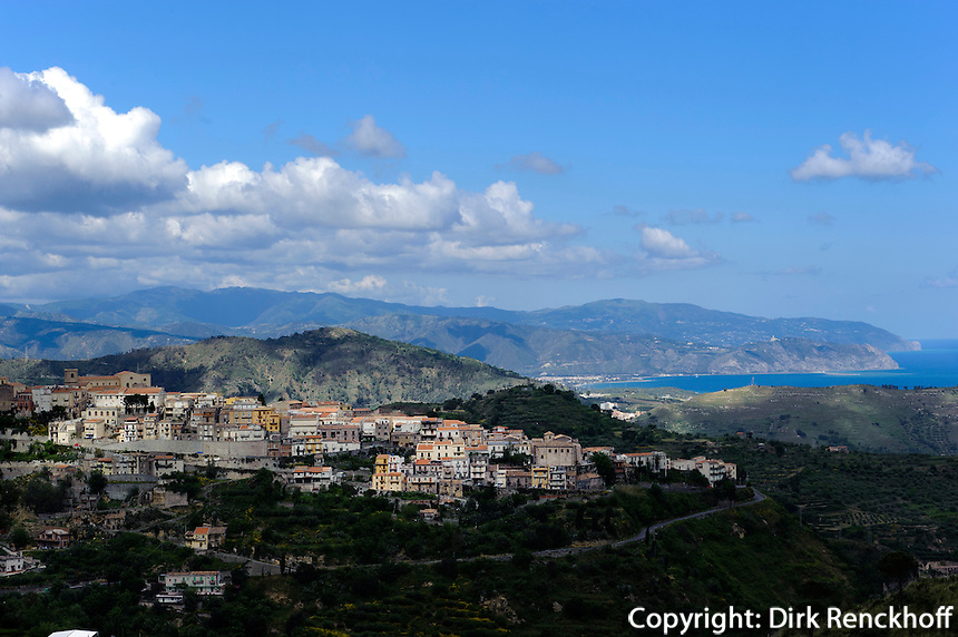 Blick auf Castroreale, Sizilien, Italien