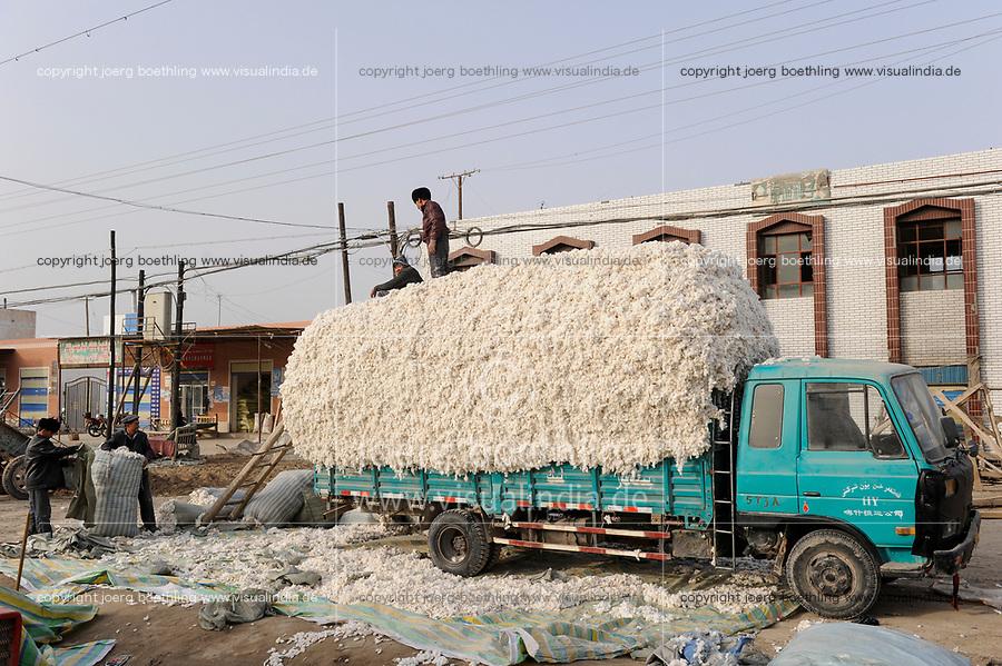 CHINA, province Xinjiang, uighur village Jin Erek near city Kashgar where uyghur people are living, loading of harvested cotton on truck / CHINA Provinz Xinjiang, Jin Erek ein uigurisches Dorf bei Stadt Kashgar, hier lebt das Turkvolk der Uiguren, Verladung von geernteter Baumwolle auf einen LKW