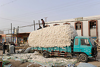 CHINA, province Xinjiang, uighur village Jin Erek near city Kashgar where uyghur people are living, loading of harvested cotton on truck / CHINA Provinz Xinjiang, Jin Erek ein uigurisches Dorf bei Stadt Kashgar, hier lebt das Turkvolk der Uiguren, Verladung von geernteter Baumwolle auf einen LKW