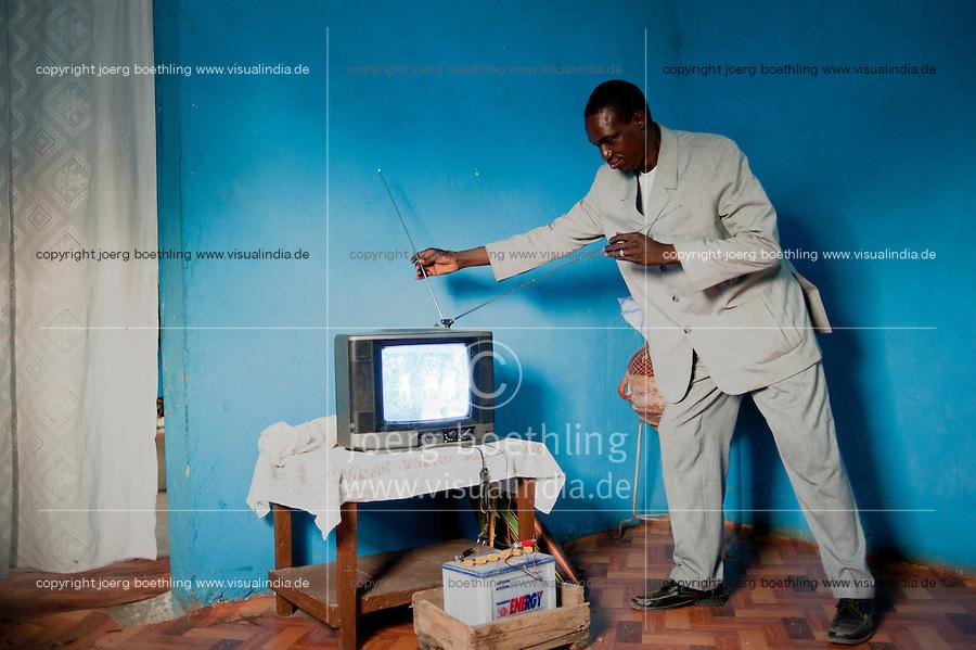 MALI, solar-powered TV set with car battery in village Tiele / MALI, durch Solarstrom geladene Autobatterie fuer Fernsehen, Licht im Dorf Tiele , Projekt Elcom durch BMZ finaziert und GIZ implementiert