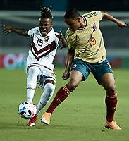 BARRANQUILLA – COLOMBIA, 09 –10-2020: Luis Muriel de Colombia (COL) y Jhon Murillo de Venezuela (VEN) disputan el balon durante partido entre los seleccionados de Colombia (COL) y Venezuela (VEN), de la fecha 1 por la clasificatoria a la Copa Mundo FIFA Catar 2022, jugado en el estadio Metropolitano Roberto Melendez en la ciudad de Barranquilla. /  Luis Muriel of Colombia (COL) and Jhon Murillo of Venezuela (VEN) vie for the ball during match between the teams of Colombia (COL) and Venezuela (VEN), of the 1st date for the FIFA World Cup Qatar 2022 Qualifier,  played at Metropolitan stadium Roberto Melendez in Barranquilla city. Photo: VizzorImage / Julian Medina FCF  / Cont.