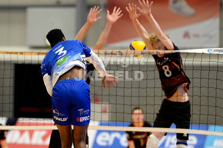 30-01-2021: Volleybal: Amysoft Lycurgus v Talentteam Papendal: Groningen smash Lycurgus speler Jerome Cross langs het blok van TT Papendal speler Yannick Bak