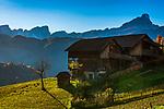 Italien, Suedtirol (Trentino - Alto Adige), Wengen: alter Bergbauernhof in Altwengen und die Puez-Geisler-Gruppe mit dem Gipfel Peitlerkofel (Sass de Putia) | Italy, South Tyrol (Trentino - Alto Adige), La Valle: old mountain farmhouse in Old-Wengen, at background Puez-Geisler-Group with summit Peitlerkofel (Sass de Putia)