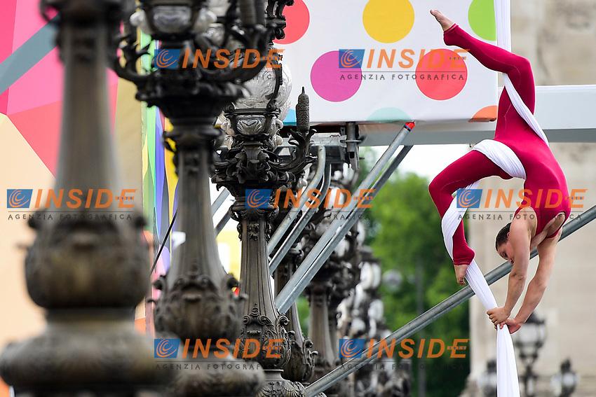 Acrobata circo Fratellini <br /> Parigi 23-06-2017 <br /> Manifestazione in favore della candidatura olimpica di Parigi per il 2024 <br /> Foto JB Autissier / Panoramic / Insidefoto