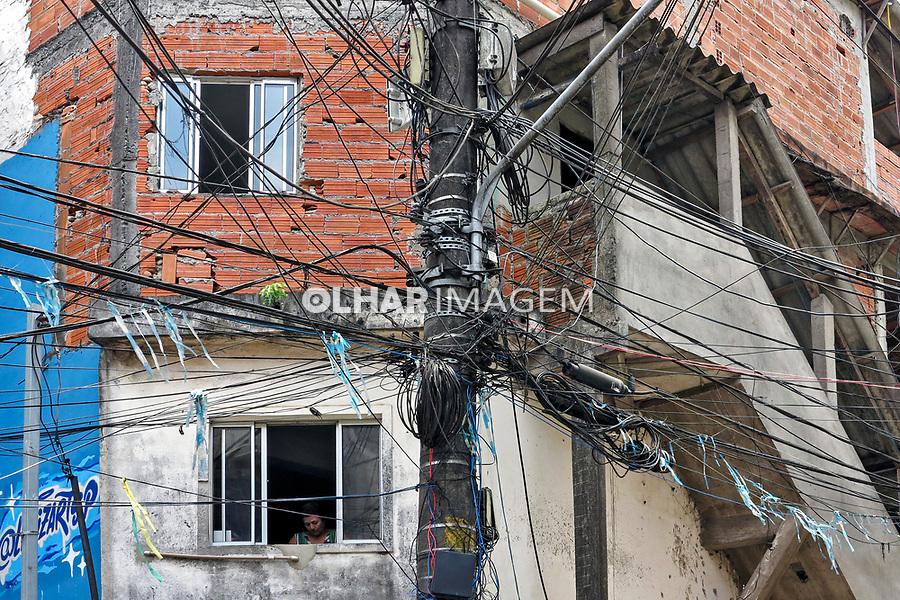 Fios no poste. Favela Paraisopolis. Sao Paulo. 2019. Foto de Marcia Minillo.