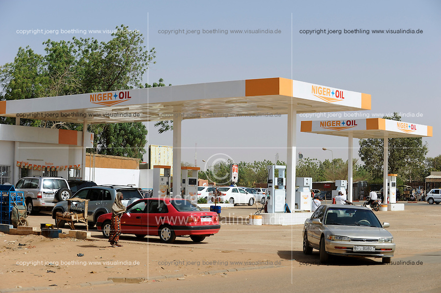 NIGER Niamey, petrol station of Niger Oil, since 2012 Niger is oil producer, together with chinese company CNPC they operate a refinery in Zinder / NIGER Niamey Tankstelle Niger Oil, der Niger ist seit 2012 Oelproduzent und betreibt mit Chinesischer Firma CNPC eine Raffinerie in Zinder