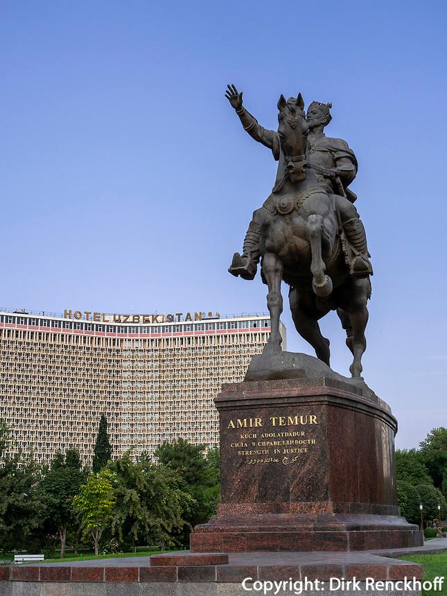Denkmal Amir Timur vor Hotel Uzbekistan, Taschkent, Usbekistan, Asien<br /> Monument of Amir Timur in front of Hotel Uzbekistan, Tashkent, Uzbekistan, Asia