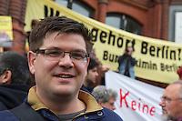 """Unter dem Motto """"Keine Profite mit der Miete"""" beteiligten sich am Samstag den 28. September 2013 nach Angeben der Vranstalter ueber 10.000 Menschen in 12 deutschen Staedten an Aktionen und Demonstrationen.<br />In Berlin gingen unter dem Motto """"Wem gehoert Berlin?"""" etwa 3000 Menschen auf die Strasse. Zu der Demonstration aufgerufen hatten unter anderem MieterInneninitiativen und Organisationen wie der Berliner Wassertisch und das Aktionsbuendnis A100-Stoppen sowie Studierendengruppen.<br />Im Bild: Der Stadt- und Regionalsoziologie Dr. Andrej Holm.<br />28.9.2013, Berlin<br />Copyright: Christian-Ditsch.de<br />[Inhaltsveraendernde Manipulation des Fotos nur nach ausdruecklicher Genehmigung des Fotografen. Vereinbarungen ueber Abtretung von Persoenlichkeitsrechten/Model Release der abgebildeten Person/Personen liegen nicht vor. NO MODEL RELEASE! Don't publish without copyright Christian-Ditsch.de, Veroeffentlichung nur mit Fotografennennung, sowie gegen Honorar, MwSt. und Beleg. Konto:, I N G - D i B a, IBAN DE58500105175400192269, BIC INGDDEFFXXX, Kontakt: post@christian-ditsch.de<br />Urhebervermerk wird gemaess Paragraph 13 UHG verlangt.]"""