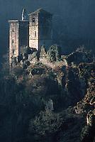 Europe/France/Limousin/19/Corrèze/Env d'Argentat/Saint-Geniez-ô-Merle : Les tours de Merle (vestiges d'une citadelle) sur une boucle de la Maronne - XI° siècle