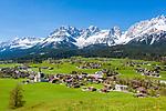Austria, Tyrol, Going with village church and Wilder Kaiser mountains | Oesterreich, Tirol, Going am Wilden Kaiser mit Dorfkirche zum heiligen Kreuz