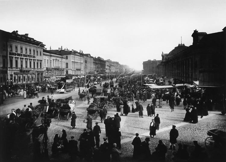 Nevsky Prospect in Gostiny Dvor. St. Petersburg. 1900s. / Невский проспект у Гостиного двора. Санкт-Петербург. 1900-е.