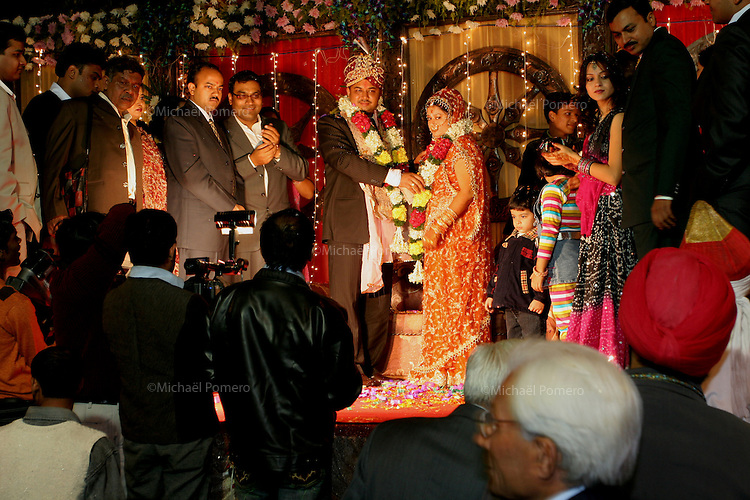 07.12.2008 Delhi(Haryana)<br /> <br /> The groom offering a garland flowers on the bride.<br /> <br /> Le marié offrant  une guirlande de fleurs a la mariée.