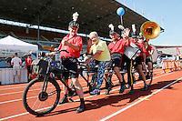 Nederland  Amsterdam 2016. Het Fietsorkest rijdt rondjes in het Olympisch Stadion tijdens de Rollatorloop. Een van de deelneemstesr aan de Rollatorloop poseert op de fiets.   Foto Berlinda van Dam / Hollandse Hoogte