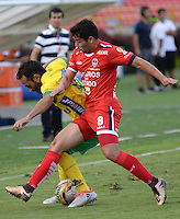 IBAGUE - COLOMBIA -30 -09-2016: Mateo Figoli (Izq.) jugador de Atletico Huila disputa el balón con Juan Jimenez (Der.) jugador de Fortaleza C.E.I.F, durante partido entre Atletico Huila y Fortaleza C.E.I.F, por la fecha 15 de la Liga Aguila II 2016 en el estadio Manuel Murillo Toro de Ibague. / Mateo Figoli (L), player of Atletico Huila vies for the ball with Juan Jimenez (R) player of Fortaleza C.E.I.F, during a match between Atletico Huila and Fortaleza C.E.I.F, for the date 15 of the Liga Aguila II 2016 at the Manuel Murilo Toro Stadium in Ibague city. Photo: VizzorImage  / Juan C Escobar / Cont.