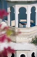 """Asie/Inde/Rajasthan/Udaipur: Hôtel """"Taj Lake Palace"""" sur le lac Pichola - Détail d'une tourelle d'angle de la terrasse"""