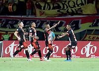 PEREIRA - COLOMBIA, 10–08-2021: Jader Maza de Envigado F. C. celebra con sus compañeros de equipo despues de anotar gol de su equipo, durante partido de la fecha 4 entre Deportivo Pereira y Envigado F. C. por la Liga BetPlay DIMAYOR II 2021, jugado en el estadio Hernan Ramirez Villegas de la ciudad de Pereira. / Jader Maza of Envigado F. C., celebrates with his teammates after scoring goal of his team, during match of 4th date between Deportivo Pereira and Envigado F. C. for the BetPlay DIMAYOR II 2021 League played at the Hernan Ramirez Villegas in Pereira city. / Photo: VizzorImage / Pablo Bohorquez/ Cont.