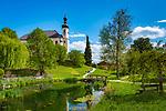 Deutschland, Oberbayern, Chiemgau: Breitbrunn - St. Johann Baptist Kirche an einem Weiher | Germany, Upper Bavaria, Chiemgau, Breitbrunn: St. John Baptist Church
