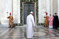 Papa Francesco arriva per l'apertura della Porta Santa della Basilica di San Giovanni in Laterano, 13 dicembre 2015.<br /> Pope Francis arrives for the opening of the Holy Door of St. John Lateran's Basilica in Rome, 13 December 2015.<br /> UPDATE IMAGES PRESS/Giagnori Bonotto<br /> <br /> STRICTLY ONLY FOR EDITORIAL USE