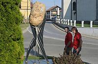CROATIA, Belica, potato farming / KROATIEN, Belica, Kartoffel Skulptur der ganze Ort lebt vom Kartoffelanbau