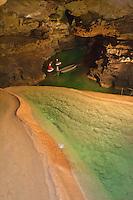Europe/Europe/France/Midi-Pyrénées/46/Lot/Padirac: Gouffre de Padirac - A la fin des aménagemenst touristiques départ d' une expédition spéléologique dans le  réseau de Padirac [Non destiné à un usage publicitaire - Not intended for an advertising use]