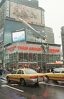 Times Square Ecke 34th Street.<br /> Werbung der Fluggesellschaft British Airways über der Times Square Brewery.<br /> New York City, 28.12.1998<br /> Copyright: Christian-Ditsch.de<br /> [Inhaltsveraendernde Manipulation des Fotos nur nach ausdruecklicher Genehmigung des Fotografen. Vereinbarungen ueber Abtretung von Persoenlichkeitsrechten/Model Release der abgebildeten Person/Personen liegen nicht vor. NO MODEL RELEASE! Don't publish without copyright Christian-Ditsch.de, Veroeffentlichung nur mit Fotografennennung, sowie gegen Honorar, MwSt. und Beleg. Konto:, I N G - D i B a, IBAN DE58500105175400192269, BIC INGDDEFFXXX, Kontakt: post@christian-ditsch.de]