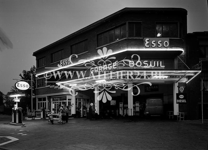 1957. Garage Bosuil met Esso tankstation.