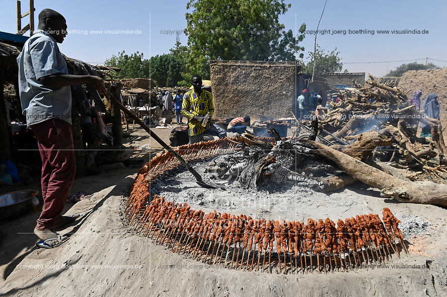 NIGER, village Namaro, meat barbecue at rural market , meat skewer / Markttag, Fleisch Grill Stand, Fleischspiesse