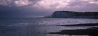 Europe/France/Picardie/80/Somme/Baie de Somme/Mers-les-Bains: la plage de galets et les hautes falaises de craie.