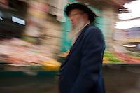 Asie/Israël/Judée/Jérusalem: juif orthodoxe sur le marché Mahane Yehuda un des marchés les plus importants de la a ville