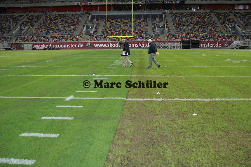 Der Mittelstreifen des Rasens in der LTU Arena wurde f¸r den World Bowl ersetzt