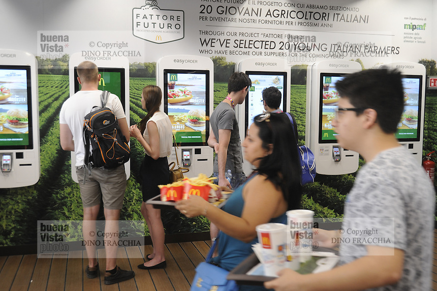 - Milano, Esposizione Mondiale Expo 2015, ristorante Mc Donald's, casse automatiche<br /> <br /> - Milan, the World Exhibition Expo 2015, Mc Donald's restaurant, automatic cashiers