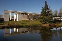 1996, architectes B. Tessier, J-P. Meignan et A. Pellerin.Ce batiment du campus de Kerlann, un des poles de la technopole Rennes Atalante, represente une equerre et abrite Ecole Nationale de la Statistique et de l'Analyse de Information