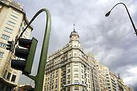 Spain. Province of Madrid. Madrid. Red light. Building on Gran Via road. Berlitz school. Downtown. Town centre. © 2007  Didier Ruef