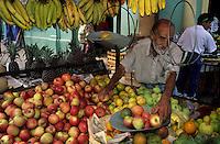 Amérique/Amérique du Sud/Pérou/Lima : Marché de Surquillo - Marchand de fruits : pommes, ananas, bananes