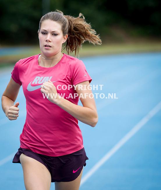 ARNHEM 300713 1500m-loopster Maureen Koster tijdens een training op Papendal in voorbereiding op het WK Atletiek in Moskou.<br /> Foto Jorrit Knuvelder - APA Foto
