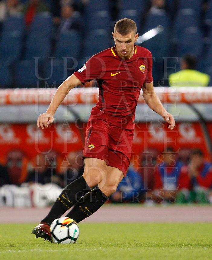 Calcio, Serie A: Roma vs Crotone. Roma, stadio Olimpico, 25 ottobre 2017.<br /> Roma's Edin Dzeko in action during the Italian Serie A football match between Roma and Crotone at Rome's Olympic stadium, 25 October 2017.<br /> UPDATE IMAGES PRESS/Riccardo De Luca