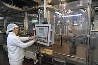 - Novara, stabilimento Pavesi (gruppo Barilla), linea di produzione dei biscotti Abbracci, reparto confezione<br /> <br /> - Novara, Pavesi plant (Barilla Group), production line of Abbracci biscuits, packaging department