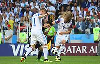 Alfred Finnbogason (Island, Iceland) und Birkir Bjarnason (Island, Iceland) nehmen Lionel Messi (Argentinien, Argentina) den Ball ab - 16.06.2018: Argentinien vs. Island, Spartak Stadium Moskau