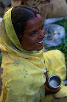 Asie/Inde/Rajasthan/Udaipur : Marché Mandi - Les intouchables vendent des légumes portrait de femme avec son gobelet qui lui sert de mesure