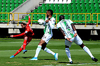 TUNJA-COLOMBIA, 25-10-2020: Carlos Ramirez de Patriotas Boyaca y Brayan Cordoba, Geisson Perea de Atletico Nacional disputan el balon, durante partido de la fecha 16 entre Patriotas Boyaca y Atletico Nacional, por la Liga BetPlay DIMAYOR 2020, jugado en el estadio La Independencia de la ciudad de Tunja. / Carlos Ramirez of Patriotas Boyaca and Brayan Cordoba, Geisson Perea of Atletico Nacional figth for the ball, during a match of the 16h date between Patriotas Boyaca and Atletico Nacional, for the BetPlay DIMAYOR League 2020 played at the La Independencia stadium in Tunja city. / Photo: VizzorImage / Macguiver Baron / Cont.
