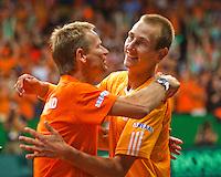 18-9-09, Netherlands,  Maastricht, Tennis, Daviscup Netherlands-France,   Thiemo de Bakker valt in de armen van captain Jan Siemerink nadat hij Monfils heeft verslagen..