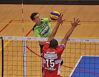 Volley Team Menen - Hotvolleys Wenen : Jolan Cox (links) met de smash tegenover de blokkende Ricardo Serafim<br /> foto VDB / Bart Vandenbroucke
