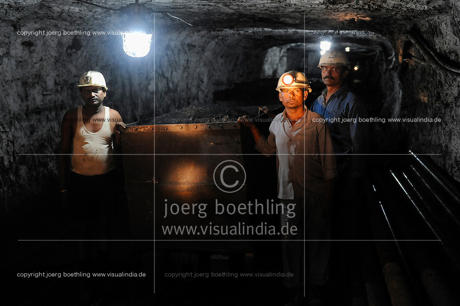 INDIA Dhanbad, underground coal mining of BCCL Ltd a company of COAL INDIA / INDIEN Dhanbad , Untertagekohlebergwerk von BCCL Ltd. ein Tochterunternehmen von Coal India, Bergarbeiter Untertage