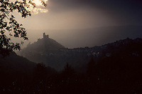 Europe/France/Midi-Pyrénées/12/Aveyron/Vallée de l'Aveyron/Najac : Le village et le Château au soleil couchant