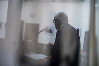 """Eroeffnung der Fotoausstellung """"Dialog, Schriftsteller in der DDR"""", in der Ladengalerie der Tagenszeitung junge Welt. Gezeigt werden Portaits von Schriftstellerinnen und Schriftstellern der Berliner Fotografin Gabriele Senft.<br /> Im Bild: Der Autor und Publizist Guenther Drommer.<br /> 11.9.2015, Berlin<br /> Copyright: Christian-Ditsch.de<br /> [Inhaltsveraendernde Manipulation des Fotos nur nach ausdruecklicher Genehmigung des Fotografen. Vereinbarungen ueber Abtretung von Persoenlichkeitsrechten/Model Release der abgebildeten Person/Personen liegen nicht vor. NO MODEL RELEASE! Nur fuer Redaktionelle Zwecke. Don't publish without copyright Christian-Ditsch.de, Veroeffentlichung nur mit Fotografennennung, sowie gegen Honorar, MwSt. und Beleg. Konto: I N G - D i B a, IBAN DE58500105175400192269, BIC INGDDEFFXXX, Kontakt: post@christian-ditsch.de<br /> Bei der Bearbeitung der Dateiinformationen darf die Urheberkennzeichnung in den EXIF- und  IPTC-Daten nicht entfernt werden, diese sind in digitalen Medien nach §95c UrhG rechtlich geschuetzt. Der Urhebervermerk wird gemaess §13 UrhG verlangt.]"""
