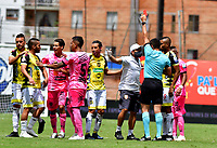 ENVIGADO-COLOMBIA, 25-10-2020: Jhon Perdomo, arbitro muestra tarjeta roja a Freddy Forez de Alianza Petrolera durante partido entre Envigado F. C. y Alianza Petrolera de la fecha 16 por la Liga BetPlay  DIMAYOR 2020, en el estadio Polideportivo Sur de la ciudad de Envigado. / Jhon Perdomo, referee shows redcard to Freddy Forez of Alianza Petrolera  during a match between Envigado F. C., and Alianza Petrolera of the 16th date  for the BetPlay DIMAYOR League 2020 at the Polideportivo Sur stadium in Envigado city. Photo: VizzorImage / Luis Benavides / Cont.