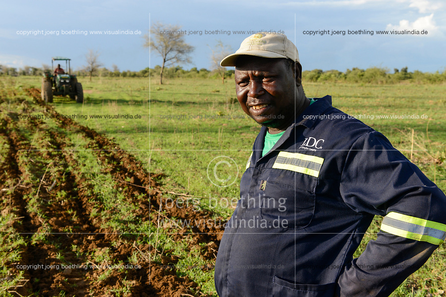 ZAMBIA, Mazabuka, Chikankata area, medium scale farmer Stephen Chinyama, contract cotton farmer for LDC Louis Dreyfuss Company