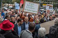 Demonstration fuer die Schliessung des Berliner Flughafen Tegel.<br /> Am Dienstag den 19. September 2017 demonstrierten Befuerworter der Schliessung des Berliner Flughafen Tegel in Berlin. Anlass war eine Veranstaltung mit dem Vorsitzenden der Berliner FDP, Sebastian Czaja und der Wirtschaftssenatorin Ramona Pop von den Gruenen.<br /> Die Berliner FDP hat mit dem Instrument Volksbegehren durchgesetzt, dass am 24. September die Berlinerinnen und Berliner darueber abstimmen sollen, ob der Flughafen Tegel offenbleiben soll.<br /> Ca. 300.000 Menschen leben in der direkten Umgebung des Flughafen und sind vom Fluglaerm betroffen. Sie hoffen, dass der Flughafen BER endlich fertig gestellt und Tegel, wie vertraglich zwischen Berlin, Brandenburg und dem Bund vereinbart, geschlossen wird. Die FDP will dies mit dem Volksbegehren verhindern um damit gegen den Rot-Rot-Gruenen Senat Stimmung zu machen. Finanziert wird die Kampagne u.a. von der Fluggesellschaft Ryanair.<br /> Im Bild: Sebastian Czaja geht durch die Demonstration und muss sich Vorwuerfe anhoeren wie, dass die Aktion des Volksbegehrens purer Populismus gegen die Landesregierung ist und ,FDP-typisch, von der Wirtschaft finanziert wird.<br /> 19.9.2017, Berlin<br /> Copyright: Christian-Ditsch.de<br /> [Inhaltsveraendernde Manipulation des Fotos nur nach ausdruecklicher Genehmigung des Fotografen. Vereinbarungen ueber Abtretung von Persoenlichkeitsrechten/Model Release der abgebildeten Person/Personen liegen nicht vor. NO MODEL RELEASE! Nur fuer Redaktionelle Zwecke. Don't publish without copyright Christian-Ditsch.de, Veroeffentlichung nur mit Fotografennennung, sowie gegen Honorar, MwSt. und Beleg. Konto: I N G - D i B a, IBAN DE58500105175400192269, BIC INGDDEFFXXX, Kontakt: post@christian-ditsch.de<br /> Bei der Bearbeitung der Dateiinformationen darf die Urheberkennzeichnung in den EXIF- und  IPTC-Daten nicht entfernt werden, diese sind in digitalen Medien nach §95c UrhG rechtlich geschuetzt. Der Urhebervermerk